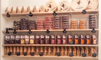 Café Prassen kahvilan hyllyllä on makeisia ja teevalikoimaa.