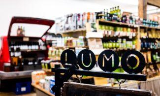 Ruokapuoti Lumon myymälä. Tuotteita hyllyssä.