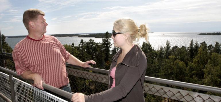Pariskunta Kuuskajaskarin näkötornissa, josta on upeat maisemat merelle