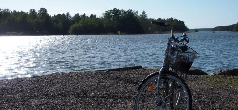 Polkupyörä merenrannalla