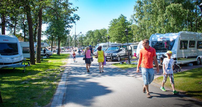 Poroholman leirintäalue. Ihmisiä kävelemässä puistomaisella alueella.