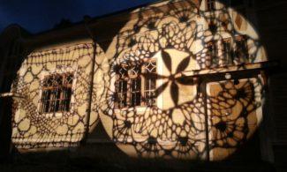 Sepän talon seinään heijastettu valopitsi