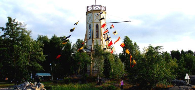 Kiikartorni ja Merihenkinen kesäpäivä Fåfängassa. Kiikartorni on koristeltu lipuin.