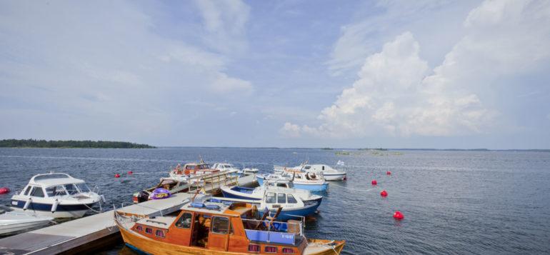 Veneitä Kuuskajaskarin satamassa.