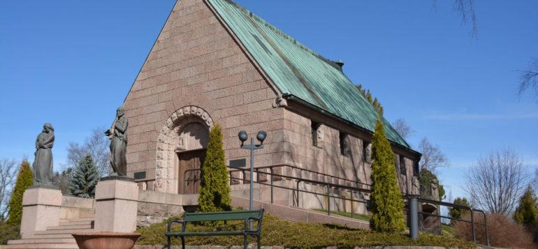 Alfred Kordelinin kappeli kevätauringossa.