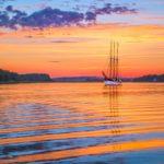 Purjelaiva Kathrina merellä auringon laskiessa.