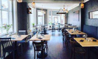 Ravintola Sydvestin pöydät. Katosta roikkuu lyhtyjä.