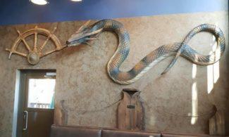 Gastrobar Wanha Krouvi, käärmekoriste seinällä