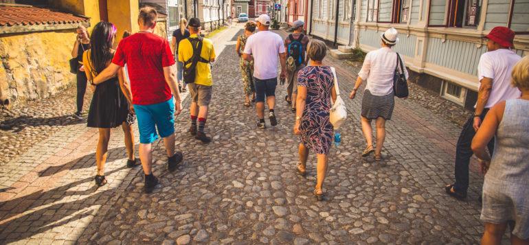 Old Rauma walking tour. Group in Isoraastuvankatu street.