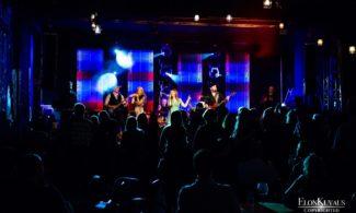 Kulttuurikuppila Brummissa esiintyjät lavalla.