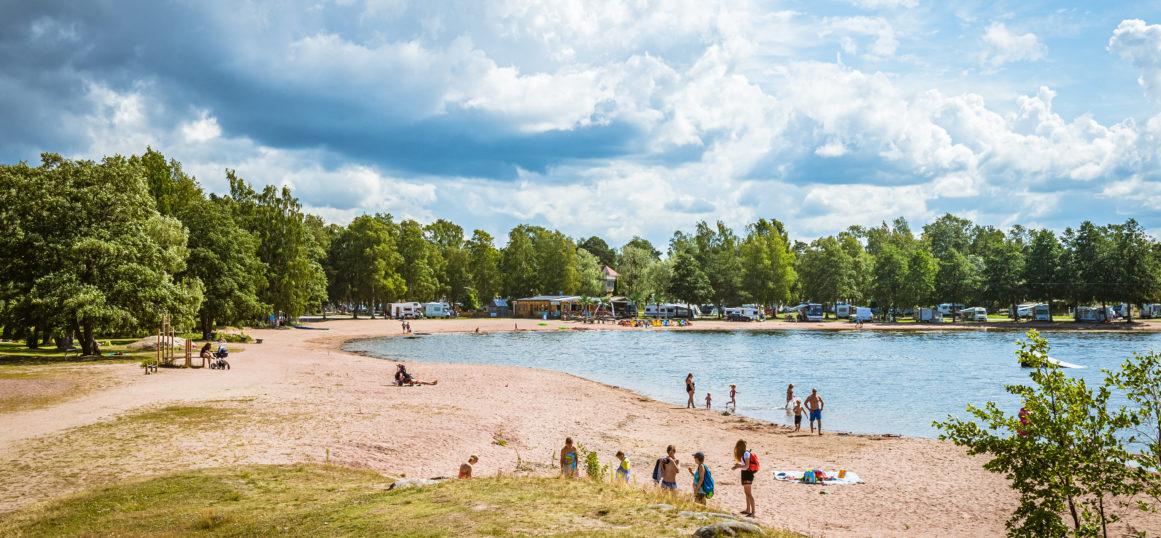 Otanlahden uimarannalla on ihmisiä nauttimassa aurinkoisesta säästä.