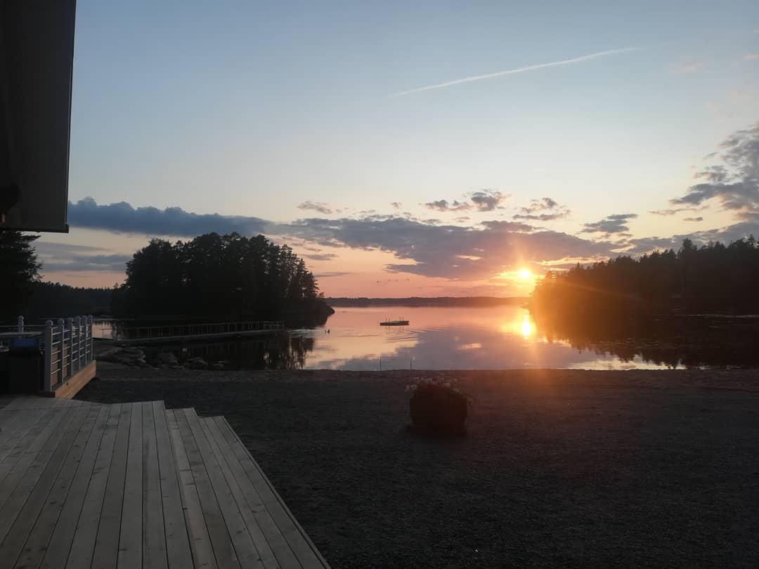 Auringonlasku Narvijärvellä Puusaunan terassilta.